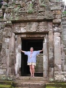Angkor-Wat-Laos-Ancient-Khmer-Empire-Tour-Lady-doorway