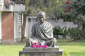 India-Tour-Gujarat-Rajasthan-Sabarmati-Ashram-Ghandi-statue